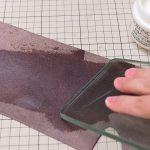 ガラス板で床面を磨く