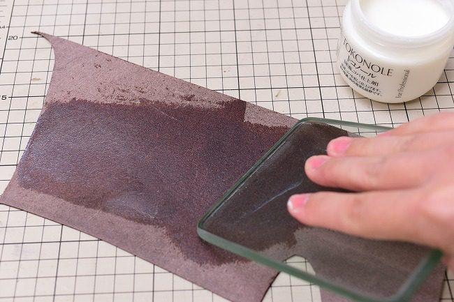 ガラス板などでトコノールを均一に伸ばす
