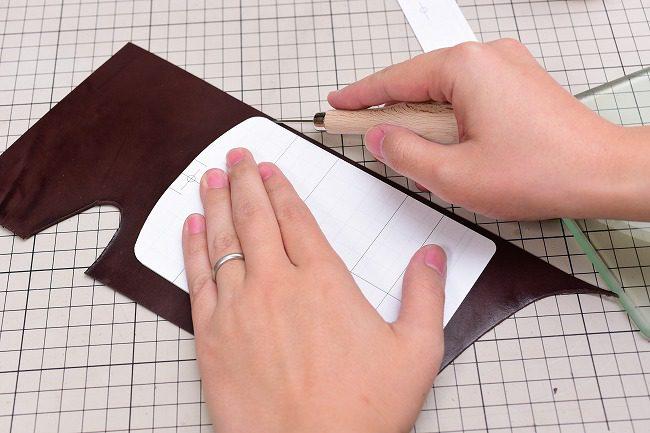 型紙がズレないようにしっかり押さえ、目打ちで型紙を写す