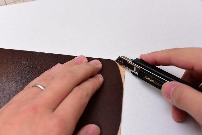 曲面のはみ出ている部分をナイフで処理します。