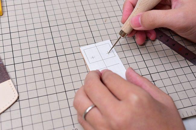 型紙の穴位置を写す