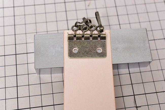 キーホルダーの金具と穴位置を確認します