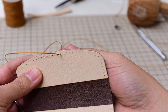 縫いはじめはコインケースの中央部から