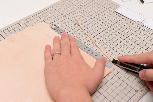 直線の切断は定規をガイドにするとまっすぐカットできる