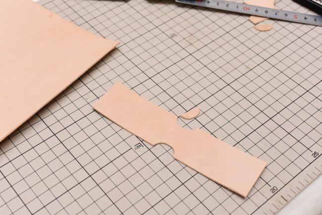 型紙通りにカットされた革