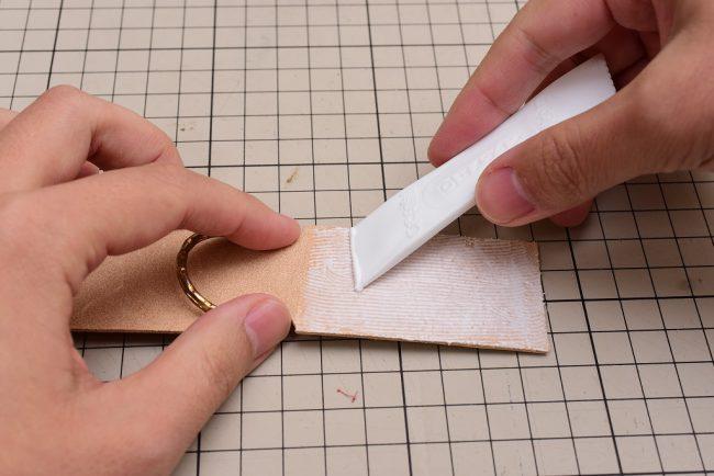 接着剤を薄く塗布する