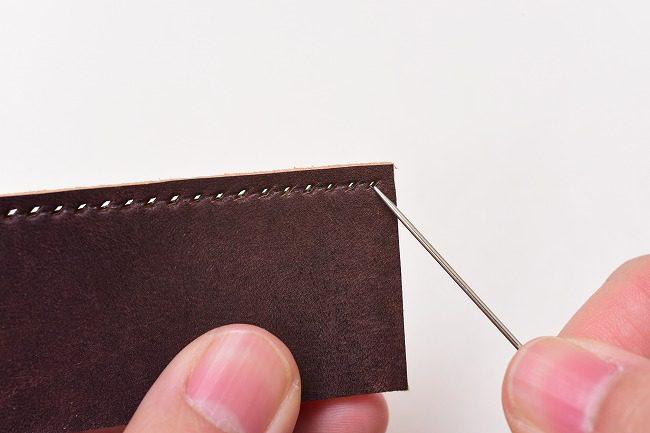 縫いはじめは表(菱目を打った方)から針を通します。