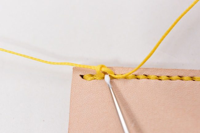 型結びが解れないように接着剤で接着する