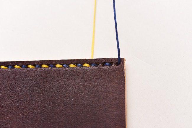 縫い糸を一本だけ使い、波縫いします。