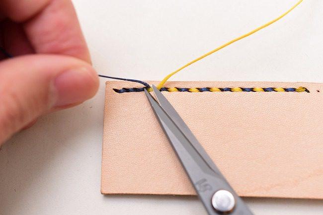 裏面に出た糸を根本でカットすれば完成
