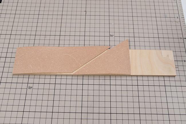 木の板に革を貼り付ける