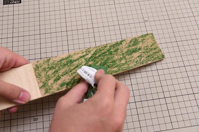 完成した革砥に青棒を塗る