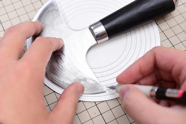 ラウンドナイフの形状を型紙に写す