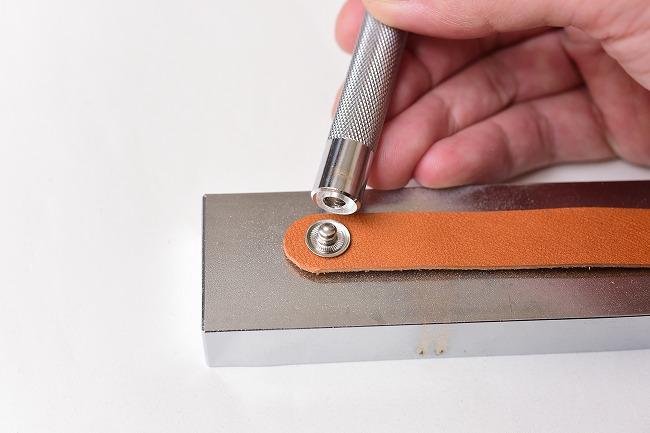 ホック専用の打ち棒を使って固定する
