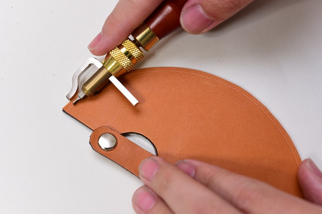 ラウンドナイフケースに縫い穴のラインをつける