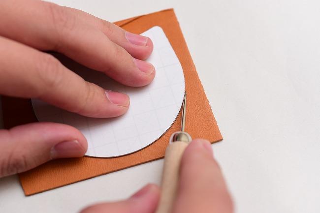 型紙を革に写す